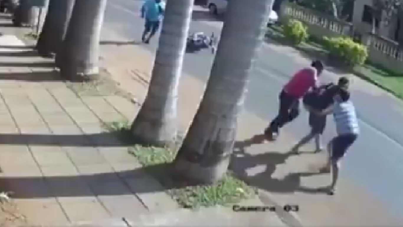 Ladrón golpeado brutalmente por vecinos que defendieron a una joven.